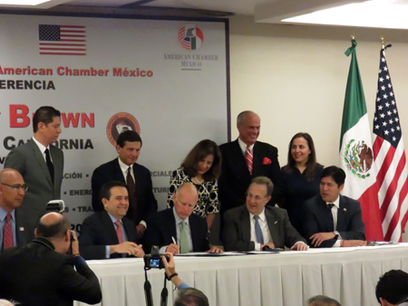 Secretary Guajardo (R) and Gov. Brown sign MOU on trade and investment